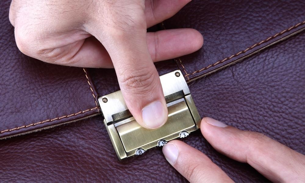 عوض کردن رمز قفل کیف چرم
